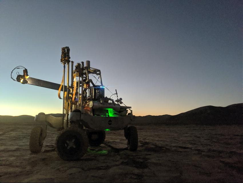 Rover ARADS_2019 con la instrumentación de IceBreaker durante las operaciones en el Desierto de Atacama.